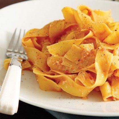 Χυλοπίτες φαρδιές με σάλτσα και ανθότυρο